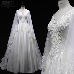 Col En V Arrière Pas Cher-Robe de mariée 2017 élégante en satin blanc V Neck Zipper Back Cowl Backs Sweep Train sans manches en dentelle à la broderie Beading Sequines Dress