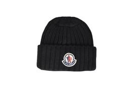 Nuevos gorros de invierno de punto lana cálidos sombreros moda Pom Pom  gorras Skullies sombrero para hombres mujeres imprimir piel Cap cd50a769ee3