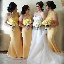 Barato Vestidos Longos Da Dama De Honra Amarelos Claros-Light Yellow Mermaid Bridesmaid Dresses 2018 Lace Top One Shoulder Satin Long Vestidos de dama de honra para o casamento Casal barato Convidado vestido formal