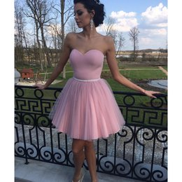 Simple Vestido De Fiesta Corto Rosa Baratos-Dusty Pink Homecoming Dresses Simple Sweetheart Beaded Sash Zipper Back corto vestido de baile de fin de curso de Tulle elegante vestido de cóctel Club de vestir desgaste