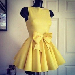 Barato Mais Tamanho Vestido De Cocktail Amarelo-Cheap Short Yellow Homecoming Dresses 2016 Ball Gown Vestido de decolagem de cetim curto com arco Vestidos de cocktail Prom Party Vestidos Plus Size Dress