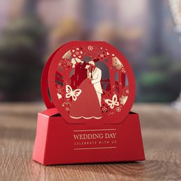 Wholesale 50pcs Red Wedding Dinner Party Celebration Candy Box Elegant Laser Cut Hollow BrideGroom Favor Gifts pour les invités JK224
