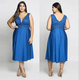 Barato Royal Blue Plus Size-<b>Royal Blue Plus Size</b> Lace Prom Dresses Sheer Deep V-Neck Vestidos de noite curto A-Line Tea Length Vestido formal