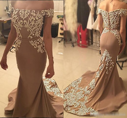 Barato Vestido De Formatura De Sereia De Champanhe Sem Alças-2017 árabe Champagne Gold Lace Mermaid Evening Dresses Strapless Beaded Off Shoulder Prom Ocasião Vestidos Sexy Vintage Formal Party Gowns