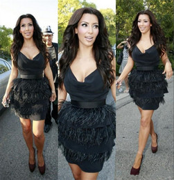 Barato Celebridades Vestidos De Penas-Kim Kardashian Black Ostrich Feather Cocktail Dresses Short Vestidos Sexy Party Evening Eye Catching Deep V Neck Celebrity Gowns