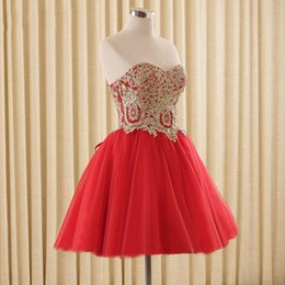 Barato Vestido, Forro, Champanhe-Charming Short Prom Dresses A Line Sweetheart sem mangas Champagne Lace Appliques Red Tulle Homecoming Party Gowns Custom Made