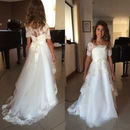 Barato Pequenos Vestidos De Noiva-Vintage A Line Flower Girl Vestidos para festa de casamento Little Bride Sheer Scoop Illusion Manga curta Lace Appliques Kids Gown Sweep Train