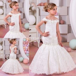 Robe Formelle Blanche Juniors Pas Cher-Vintage Mermaid Lace White Wedding Flower Girls Dress Off The Shoulder Formal Enfants Junior Robes de soirée Manches courtes Robes de Communion Sainte