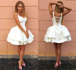 Barato Pouco Vestido Branco Do Pescoço De V-Sexy Criss-cross Straps Backless Little White Homecoming Vestidos V Neck Tiered Short Party Dresses 2017 Puffy Cheap Cocktail Dress BA7022