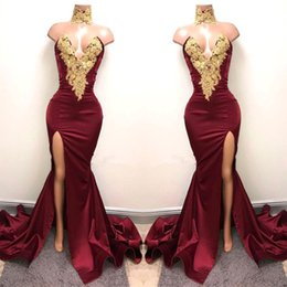 Barato Vestido Sem Alças Barato Da Sereia-Borgonha 2018 Longa Sereia Vestidos de noite Gold Applique High Side Split Backless Plissados ​​Formal Prom Party Vestidos Vestido barato Cheap Hot Sale