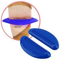 Vente en gros Vente en gros - 4 Pcs Distributeur de Couleur Aléatoire Squeeze Tube Squeezer Presse Facile Dentifrice Salle De Bains Tube Distributeur Dentifrice Squeezer