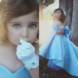 Barato Toddler Flor Girl Dresses Train-2018 Pretty Hi-Lo Light Blue Blue Blue Girls Dresses Off The Shoulder Ball Gown Trem de varredura com Bow Back Toddler Birthday Party Gowns