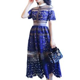 b0295daa497 Europäische Frauen Blaue Kleider Damen Hochwertigen Löslichen Spitze Mesh  Crochet Patchwork Runway Kleider Bestickte Kleider Formelle Kleidung