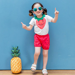Coton Coréen Pour Enfants Pas Cher-Vêtements pour bébés Ensembles Summer Strawberry Tops + Dots Shorts 2pcs Costumes Korean Cotton Kids Casual Sets Children LoungeWear C977