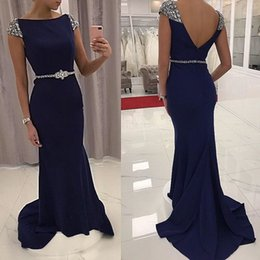 Barato Luva Do Tampão Do Azul Marinho Formal-Azul marinho Prom Dresses sereia Bateau pescoço frisado Cap Sleeves Satin Backless Long Mulheres Vestidos de noite Vestidos Formais Sweeep Train