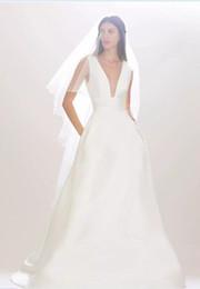 Vintage simple una línea de vestidos de novia de satén 2017 recién llegado de cuello en v sin mangas del tanque de barrido Tren Casamento vestidos de novia