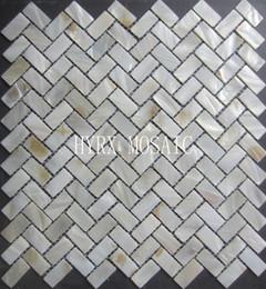 Ingrosso Mosaico a spina di pesce in colore bianco naturale. Piastrella in mosaico di conchiglie d'acqua dolce al 100% naturale per decorazione murale