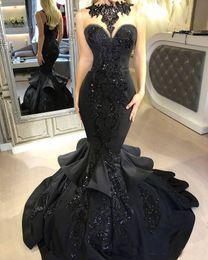 Vestidos de noche largos negros sirena de satén 2017 apliques de encaje de raso joya con gradas traje de fiesta de baile árabe Vestido Vestidos para ocasiones especiales en venta