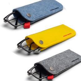 Venta al por mayor de Sencillo y liviano hebilla de fieltro Gafas bolsas amarillo / melocotón / gris oscuro / gris claro