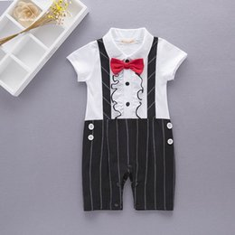 Barato Laço Do Bebê Um-Varejo Summer New Baby Boys Rompers Gentlemen Bow Tie Straps Short Sleeve One Piece Jumpsuits Overalls Toddler Clothes 13589