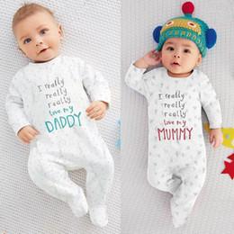 Venta al por mayor de Venta al por mayor- 2017 Nueva ropa de niña bebé niño conjunto Letras de moda Amo a mi mamá y papá Unisex mamelucos de bebé de manga larga ropa de bebé recién nacido