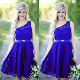 Barato País Um Ombro Dama De Honra Vestidos-Estilo country 2017 Blue Lace Knee Length Vestidos de dama de honra Short Cheap One Shoulder With Sash Wedding Party Gowns Custom Made