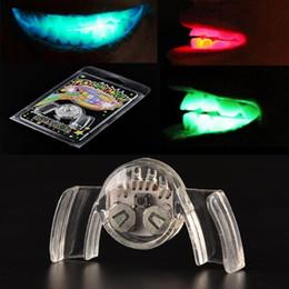 Al por mayor-1 PC Flash intermitente colorido Parche Guardia de la boca Pieza Light-Up Fiesta festiva Suministros Glow Tooth Divertido LED Light Up Toy en venta
