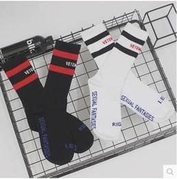 VETEMENTS черный белый носки прилив бренд подросток студент хип-хоп стиль длинные носки письмо Вышивка спортсмены гетры полосой носки на Распродаже