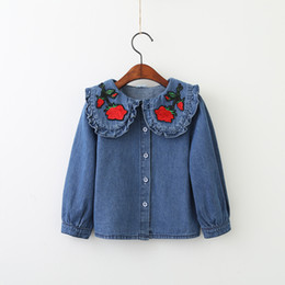 Barato Bordado Para Miúdos Camiseta-Baby Girls Denim Ruffles Shirts Kids Girls Embroidery Floral Blusa 2017 Meninas Tops de moda kids Autumn Clothing