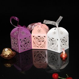 Barato Fita Oca-Wedding Candy Boxes Love Heart Hollow Baby Shower Favors Box Gifts Presentes favoritas com Ribbon Party Bags Decoração Paper Supply