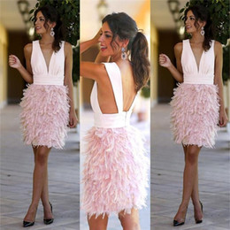 Simple Vestido De Fiesta Corto Rosa Baratos-Pink Pluma corto Straight Prom Dresses Sexy Deep V-cuello Backless rodilla vestidos de cóctel de longitud Simple vestido de color rosa Homecoming