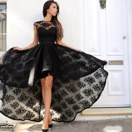 Robe De Cocktail Noire Haute Pas Cher-Little Black High Low Mini robes de cocktail courtes 2017 Manches à capuchon Lace Appliqued Formal Party Wear Robes Vintage Long Runway pas cher