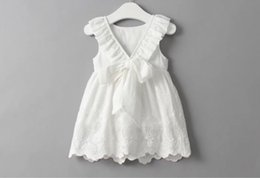 Barato Vestido De Bebê Bordado Branco-Girl Kids Summer Ruffles Bordados Bowknot Dress For Princess Baby Crianças Algodão sem mangas Bow Hollow Out Vestido branco para 2-7 anos de idade