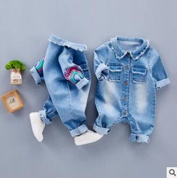 Barato Manga Longa Denim-Baby One Piece Boys Girls Jeans Blue Romper Jumpsuit FALL Inverno Manga comprida Baby Boys Vestuário Denim Giraffe Rainbow Romper Jumpsuit Outfits
