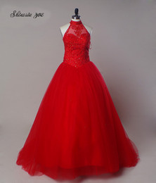 Barato Vestido Menina Tamanho 15-Red Color Quinceanera Vestidos Halter Neck Lace Up Girls Sweet 15 Anos Vestidos Plus Size Andar Length Appliques Girl Graduation Gowns