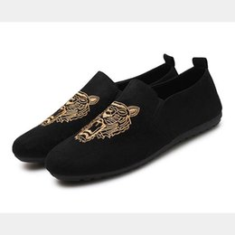 Wholesale Male tiger face cool suede soft leather flat shoes casual slip on moccasins men loafers hight quality driving flats