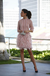 Barato Vestido De Cocktail Cor-de-rosa Modesto-Modest blush Feather Short Party Dresses 2018 Pink mangas compridas Open Back With Bow dubai árabe Mini Prom Gowns Cocktail Dresses