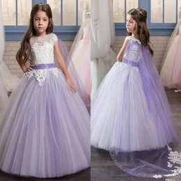 Barato Meninas Pequenas Vestidos Brancos-2017 Pretty White Lace Applique Long Lilac Vestidos de desfile para meninas Glitz com Cape Puffy Kids First Communion Flower Girl Dresses