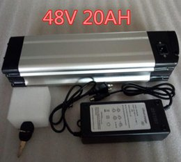 Vente en gros Batterie de vélo électrique au lithium d'argent de vélo électrique de batterie de 48v 1000W avec la batterie de décharge 48v 20Ah et BMS, chargeur de 54,6 V 2A