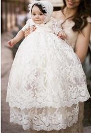 Haute Qualité Baptême Robe Bébés Filles Robe De Baptême Robe De Dentelle Blanche Applique Toddler Robe Avec Bonnet 0-24 mois en Solde