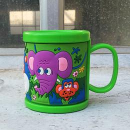 Venta al por mayor de Venta al por mayor - Diseño personalizado Plástico Leche para beber en frío Tazas para niños Tazas 3D Repujado Elefante Vaso de agua con tapas Drinkware