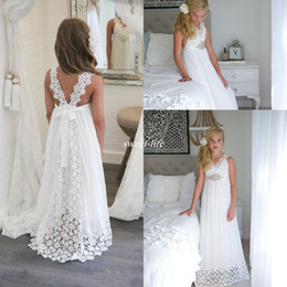 Boho Enfants Robe Blanche Pas Cher-Graceful White Robes de première communion pour les filles Lace Beach Boho Robes de mariée Flower Girl Beads Waist Backless Kids Party Vestières 2017