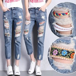 Barato Jeans Para Mulheres Denim Harem-Atacado- Mulheres Bohemian Jeans Capris Ripped Holes Ladies Retro Denim Pants Distressed Womens Ethnic Harem Jeans With Ribbons