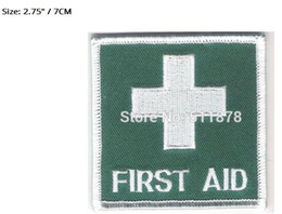 Barato Bordar Camisetas-Medical Green First Aid Badge Costume Embroidered iron on sew On patch Tshirt TRANSFER MOTIF APPLIQUE 70mm x 70mm