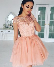 Barato Vestidos Chiques E Chiques-Chic Lace Appliques Homecoming Vestidos Sheer Bateau Neck Short Vestidos de baile com mangas compridas Mini Tulle Sequins formal vestido de cocktail