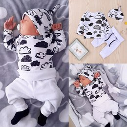 Barato Roupa De Dormir Algodão Branco-Mikrdoo Outono Baby Boy Girls Set de roupas Kids Cotton Cloud Printed T Shirt Chapéu de calças brancas 3pcs Suit Infant Cute T-shirt Pijamas
