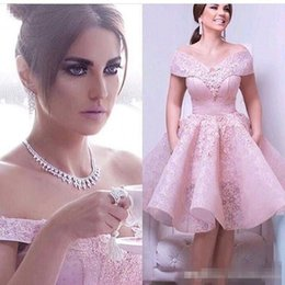 Barato Vestido De Cocktail Cor-de-rosa Modesto-Modest Sexy Hot Pink Full Lace Short Cocktail Dresses Comprimento do joelho 2017 Off the Shoulder Evening Party Gowns Beads Appliques Women Prom Dress