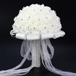 Barato Bouquet Noiva Rose-2017 Hot Sales Rose Artificial Bridal Flowers Bride Bouquet Bouquet De Casamento Crystal Ivory Silk Ribbon Novo Buque De Noiva Cheap CPA818