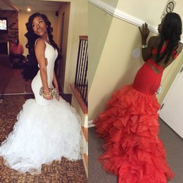 Vestido Blanco Negro De Sirena Baratos-2017 African Prom Dresses Sexy V-cuello blanco rizado Organza rojo Sirena Evening Party Dresses 2017 largo Negro Girl Backless Prom Dress