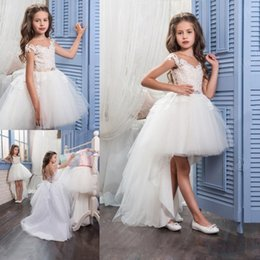 Barato Pequenos Vestidos De Noiva-2017 New Flower Girls Vestidos de casamento para Little Bride Jewel Neck Cap Sleeves Lace Pearls High Low Birthday Children Girl Restaurantant Gowns